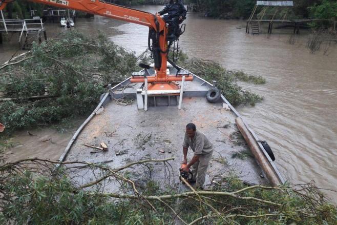 Limpieza en el Delta de Tigre